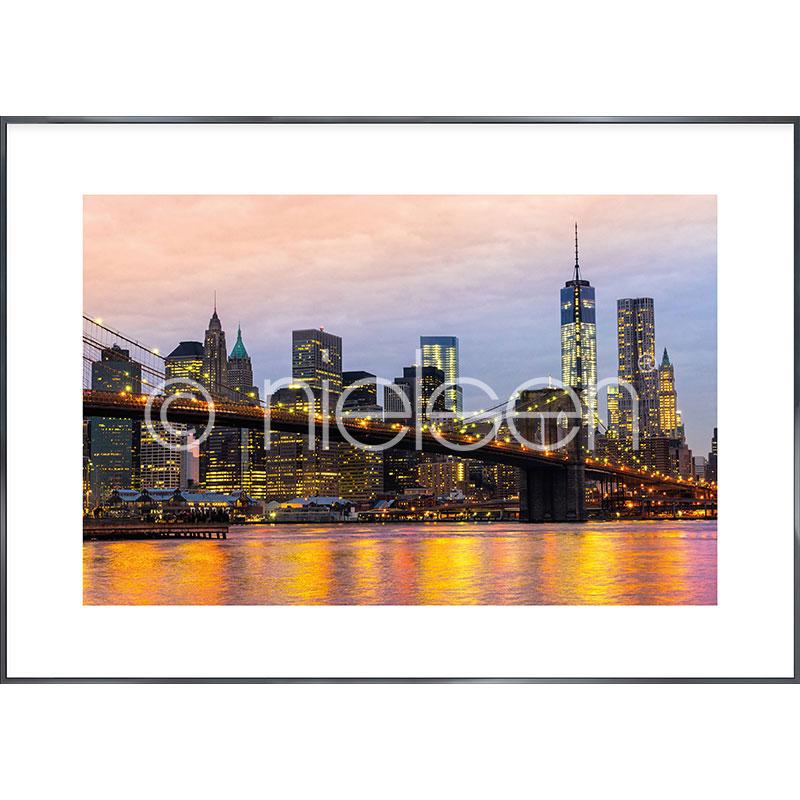 """Immagine incorniciata """"Brooklyn Bridge at Night"""" con cornice in alluminio Alpha"""